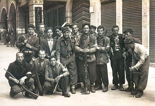 """Partigiani della Brigata """"La Pasubiana"""" assieme al comandante di distaccamento Franco Dal Medico """"Tom"""""""