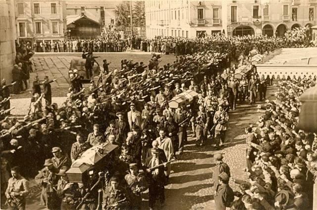 Funerali solenni dei Partigiani a Schio, tra una selva di pugni chiusi