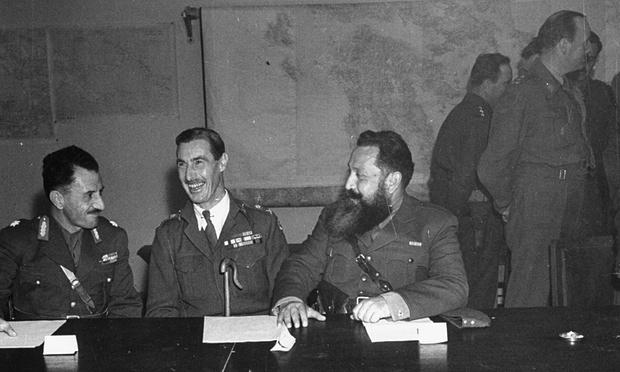 Il generale Ronald Scobie (al centro), che impose la legge marziale e ordinò il bombardamento aereo del quartiere operaio di Metz di Atene.
