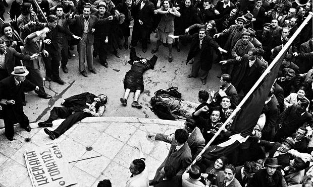 I corpi di manifestanti uccisi dalla polizia e dall'esercito britannico ad Atene il 3 Dicembre 1944