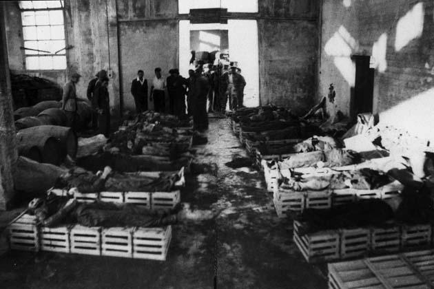 I corpi dei 16 partigiani uccisi in attesa del riconoscimento